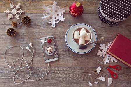 directorio telefonico: Elementos de celebración de vacaciones de Navidad para preparar copos de nieve de papel. Vista desde arriba, con copia espacio