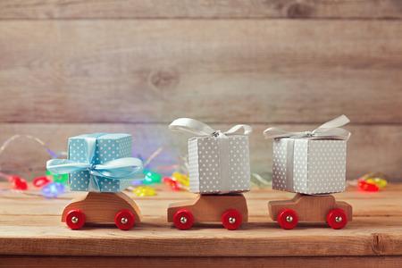 juguetes: Concepto de vacaciones de Navidad con cajas de regalo en coches de juguete