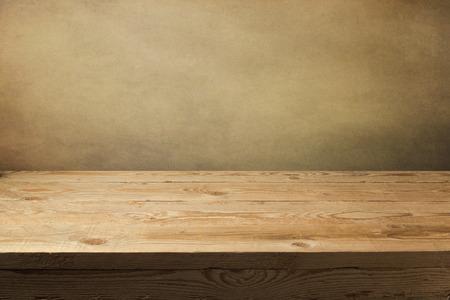 グランジ壁紙上の木製のテーブル