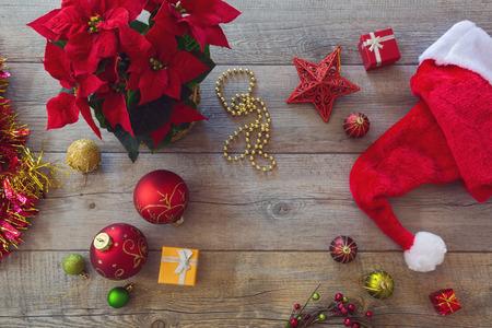 flor de pascua: Decoraciones de Navidad y adornos en el fondo de madera. Vista desde arriba Foto de archivo