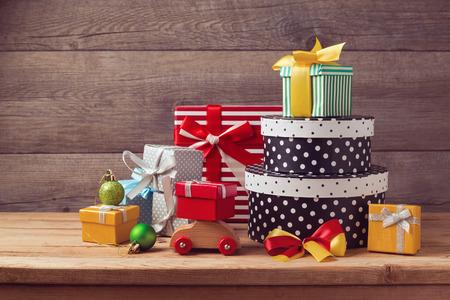 クリスマス ギフト ボックス木製テーブルの上