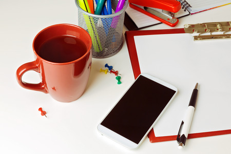 articulos de oficina: Tel�fono y art�culos de oficina m�vil sobre mesa blanca
