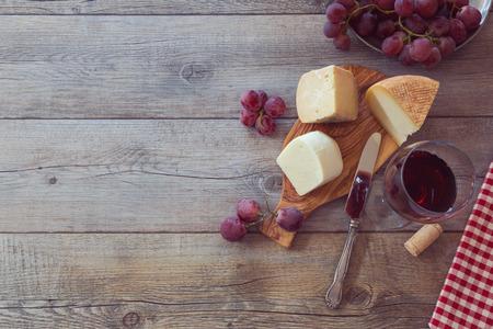 queso: Vino, queso y uvas de mesa de madera. Vista desde arriba, con copia espacio Foto de archivo