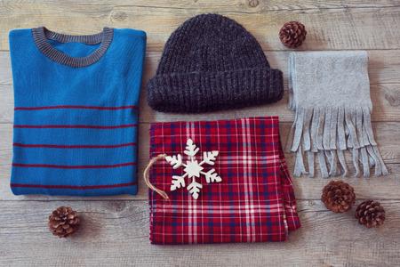 ropa casual: Ropa de invierno sobre fondo de madera. Vista desde arriba