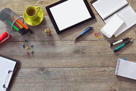 articulos oficina: Fondo Escritorio de oficina con la tableta, tel�fono inteligente y una taza de caf�. Vista desde arriba, con copia espacio
