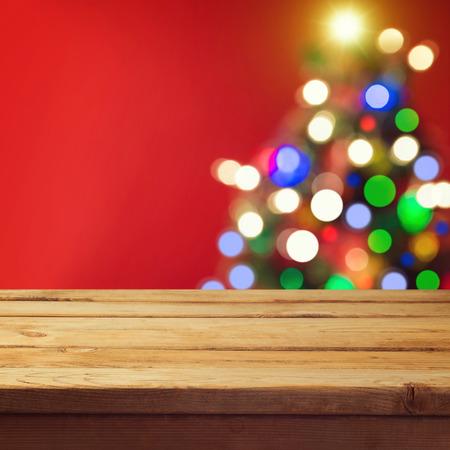 クリスマス ツリー ボケ空ウッドデッキ テーブルが付いてクリスマス休日の背景 写真素材