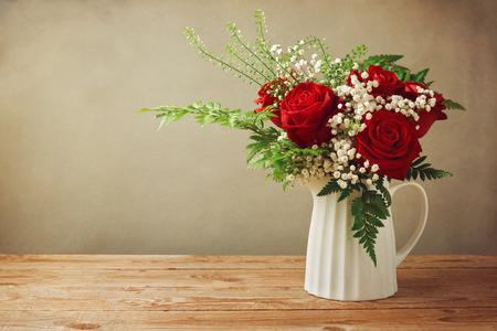 and bouquet: Rosa bouquet di fiori sul tavolo in legno con spazio di copia Archivio Fotografico