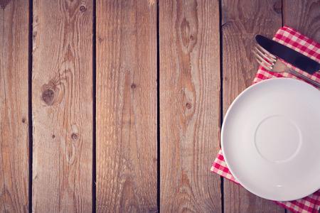 servilletas: Fondo de madera con plato y los cubiertos. Vista desde arriba Foto de archivo