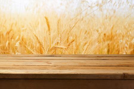 cosecha de trigo: Mesa de madera vacía sobre fondo del campo de trigo Foto de archivo