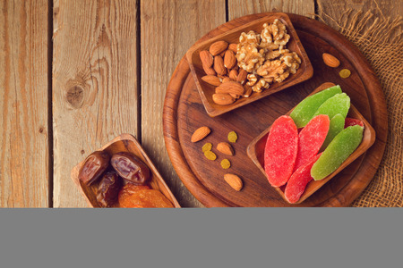 frutas secas: Dry fruits and nuts on wooden table. View from above