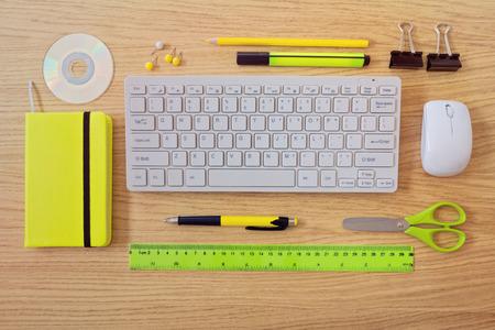 articulos oficina: Plantilla de Escritorio de oficina con teclado y art�culos de oficina. Vista desde arriba