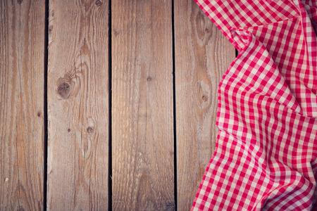 木製の古いテーブル チェック テーブル クロス。上からの眺め