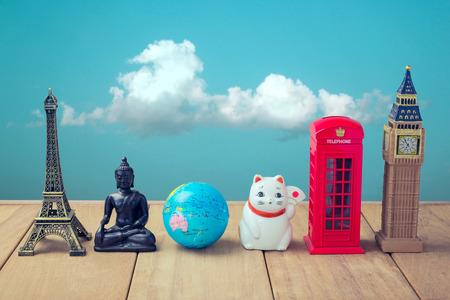 Souvenirs du monde entier sur la table en bois sur fond de ciel bleu