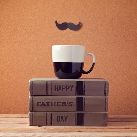 用杯子和书本问候父亲节快乐