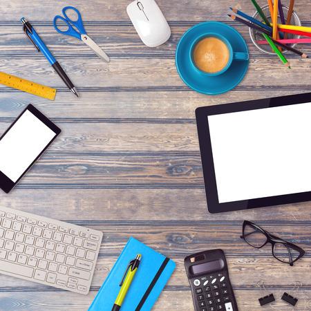 articulos oficina: Escritorio de oficina maqueta plantilla con tabletas, teléfonos inteligentes y artículos de oficina de mesa de madera Foto de archivo