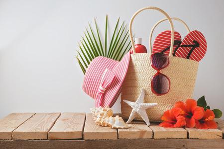 vacaciones en la playa: Verano bolsa de playa y flores de hibisco en mesa de madera. Vista desde arriba
