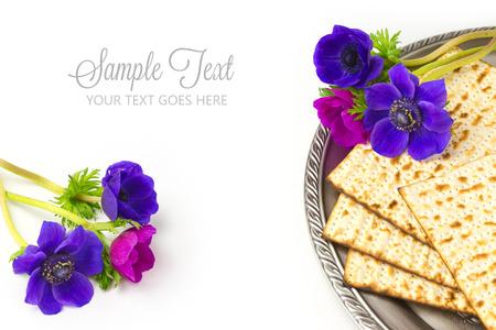 Joodse vakantie Pascha matze op een witte achtergrond