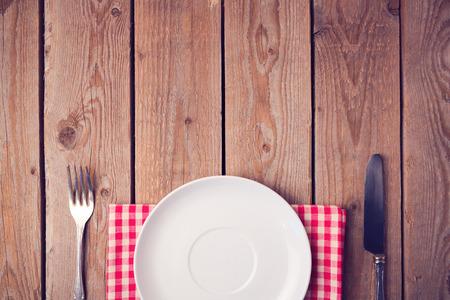 빈 접시와 나무 테이블입니다. 위에서 볼