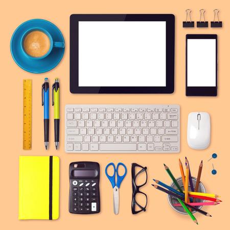 articulos de oficina: Escritorio de oficina maqueta plantilla con elementos de tabletas, teléfonos inteligentes y de oficina