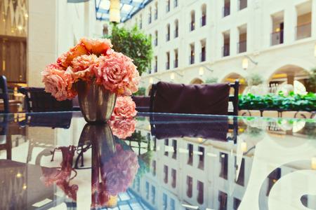 Fleurs sur table en verre avec réflexion