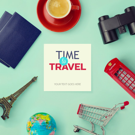 viajes: Objetos relacionados con los viajes y el turismo alrededor de papel en blanco con efecto retro filtro. Vista desde arriba