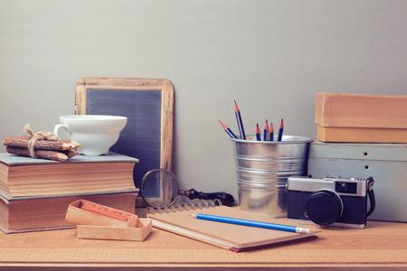 articulos oficina: Objetos artísticos retros en el escritorio de madera