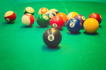 bola de billar: Bolas de billar en mesa de billar
