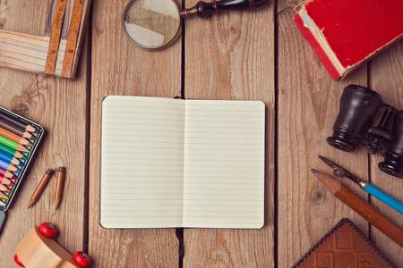 lapiz y papel: Plantilla Notebook burlan para obra o presentación de diseño. Vista desde arriba