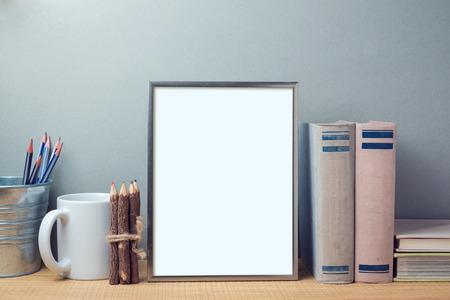 ポスター本とデスクのオブジェクト テンプレートを模擬