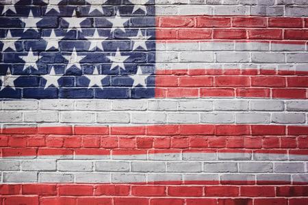banderas america: EE.UU. bandera pintada en la pared de ladrillo Foto de archivo