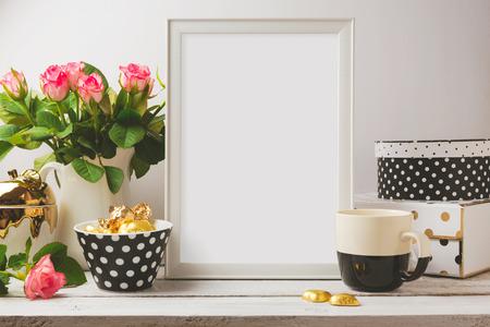 marco madera: Plantilla del cartel se burlan con glamour y objetos femeninos elegantes Foto de archivo