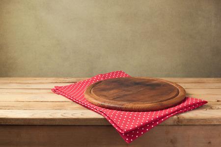 製品のモンタージュの背景。テーブル クロスと丸い木の板。 写真素材