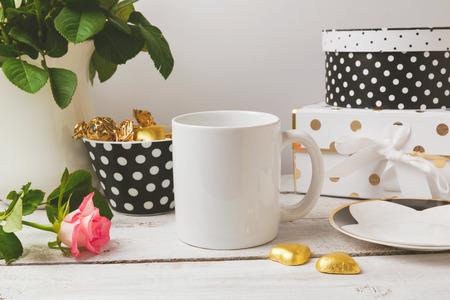 Koffiekopje up bespotten met glamour en elegante vrouwelijke objecten Stockfoto