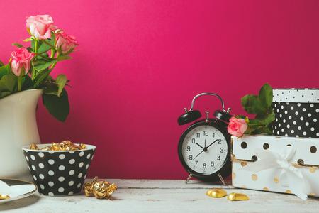 ピンクの背景に女性のグラマー オブジェクト サイト ヘッダーのデザイン