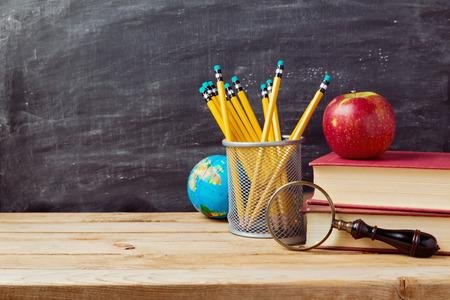 Terug naar school achtergrond met leraren objecten over krijtbord