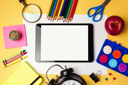 material escolar: De nuevo a fondo de la escuela con la tableta y útiles escolares digitales. Vista desde arriba