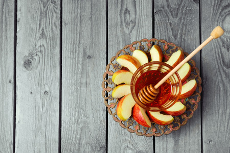 Placa con manzana y miel para vacaciones judía de Rosh Hashaná. Vista desde arriba, con copia espacio