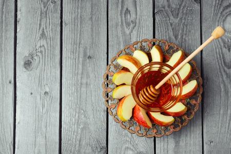manzanas: Placa con manzana y miel para vacaciones judía de Rosh Hashaná. Vista desde arriba, con copia espacio