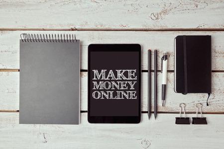 lapiz y papel: Hacer dinero con el concepto de la tableta digital y artículos de oficina