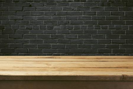 Sfondo interno con retro tavolo e muro di mattoni neri