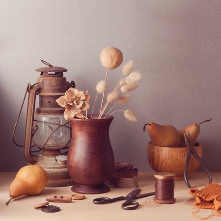 arreglo floral: Flores secas y peras de mesa de madera. Bodegón rústico