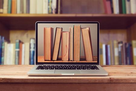 literatura: E-libro concepto de biblioteca con el ordenador portátil y los libros Foto de archivo