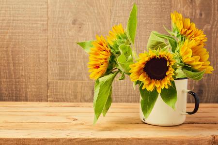 Zonnebloemen in uitstekende kop op houten tafel. Herfst achtergrond Stockfoto