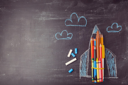 Terug naar school achtergrond met raket gemaakt van potloden. Uitzicht van boven Stockfoto