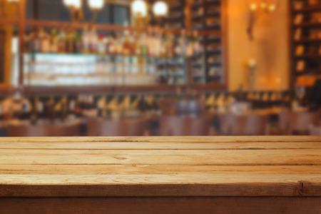 barra: Interior de la barra borrosa y mostrador de madera