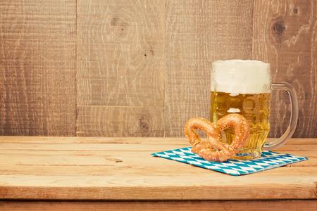 Oktoberfest německé pivní festival zázemí s pivní sklenice a preclík na dřevěném stole