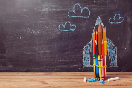 koncept: Tillbaka till skolan, bakgrund, med raket tillverkad av pennor