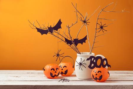 bate: Casa decoraciones de Halloween con arañas y cubo de la calabaza de truco o Foto de archivo