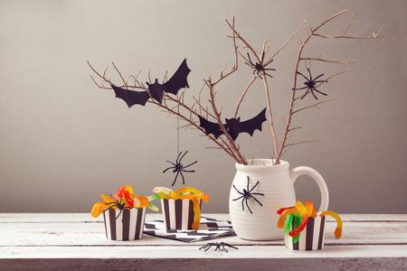 decoracion mesas: Decoraciones de la fiesta de Halloween con ara�as y caramelos Foto de archivo