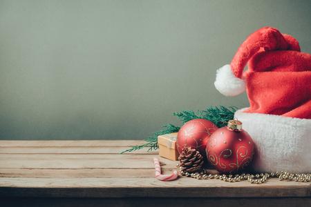 decoracion mesas: Fondo de vacaciones de Navidad con sombrero de Santa y decoraciones. Efecto de filtro Retro